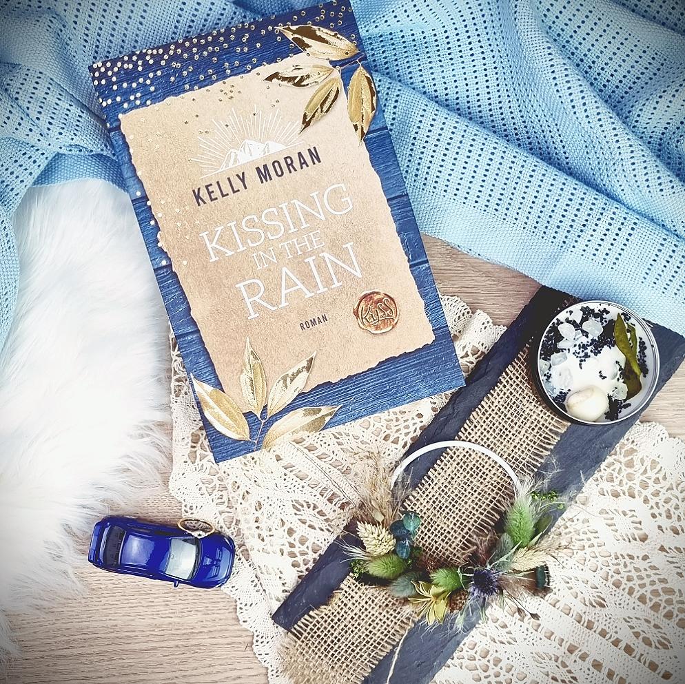 Titel: Kissing in the Rain  Autorin: Kelly Moran Seiten: 480 Genre: Zeitgenössischer Liebesroman, Light Novel Verlag: KYSS (Rowohlt Taschenbuch) Format: Taschenbuch Preis: 12,99€