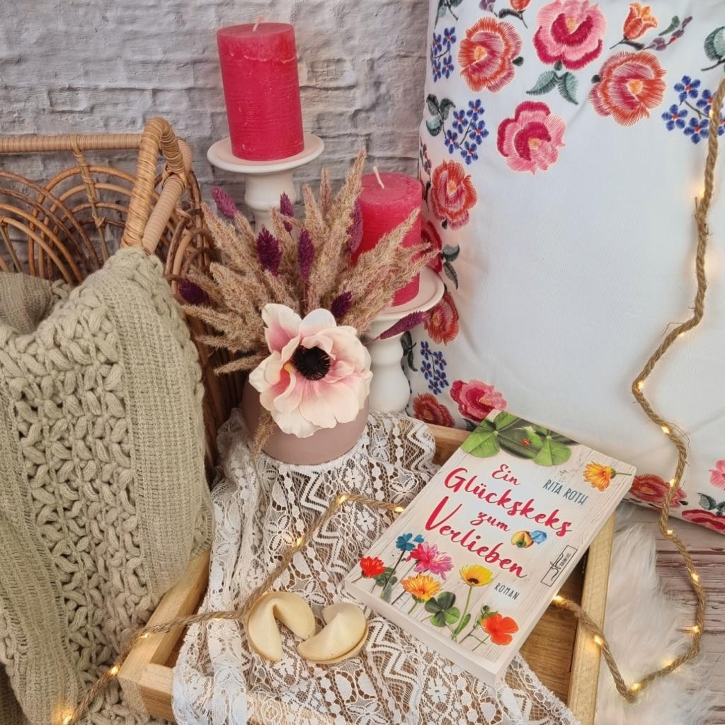 Titel: Ein Glückskeks zum Verlieben  Autorin: Rita Roth Seiten: 267 Genre: Liebesroman Verlag: Zeilenfluss Verlag Format: Taschenbuch Preis: 12,00€